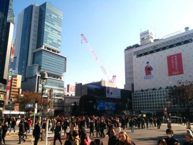 人でごった返す渋谷駅前スクランブル交差点