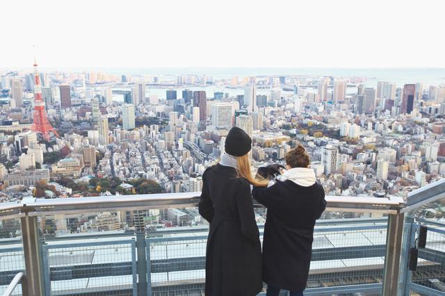 東京タワーと観光客