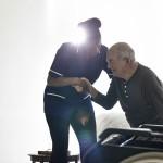 老人男性をサポートする看護婦