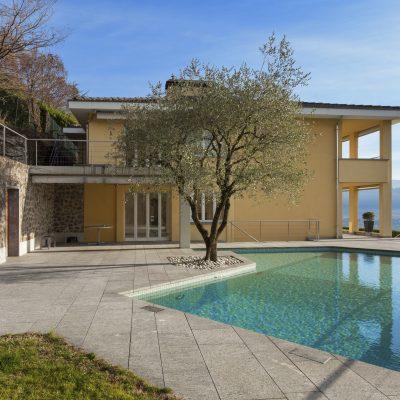 各国の住宅事情、中流家庭でも家にプールがついている国がある。